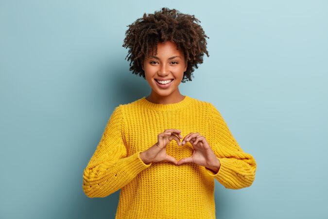 穿着粉色毛衣的非洲裔迷人女人