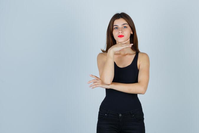 富于表现力的年轻女子在演播室里摆姿势