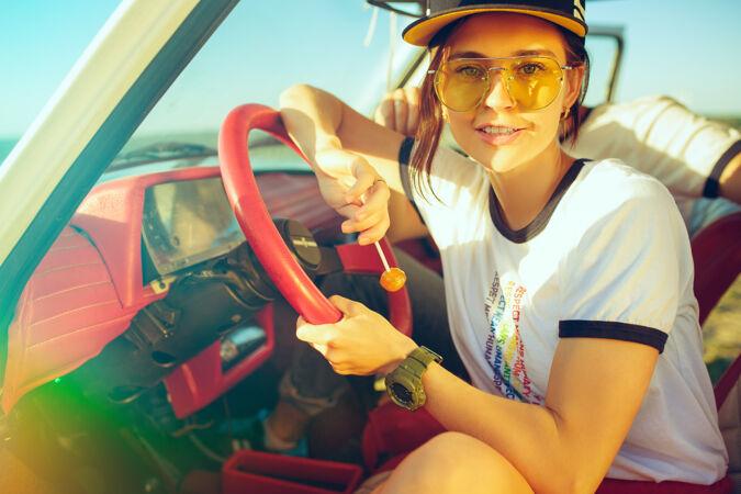 夏日 一对浪漫的情侣坐在车里 外出旅行