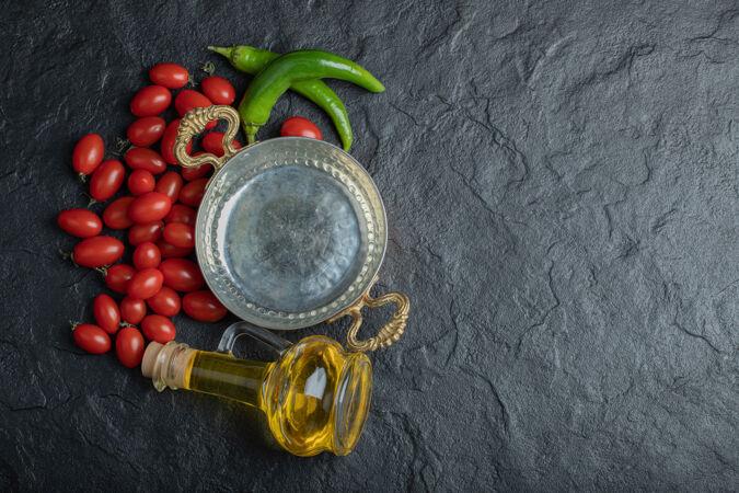 樱桃番茄 青椒炒锅和一瓶油的照片高品质的照片