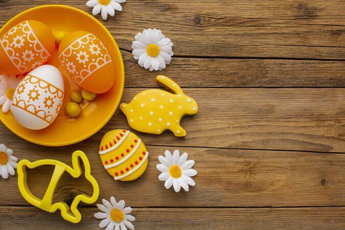 顶视图彩色复活节彩蛋与洋甘菊花盘和复制空间
