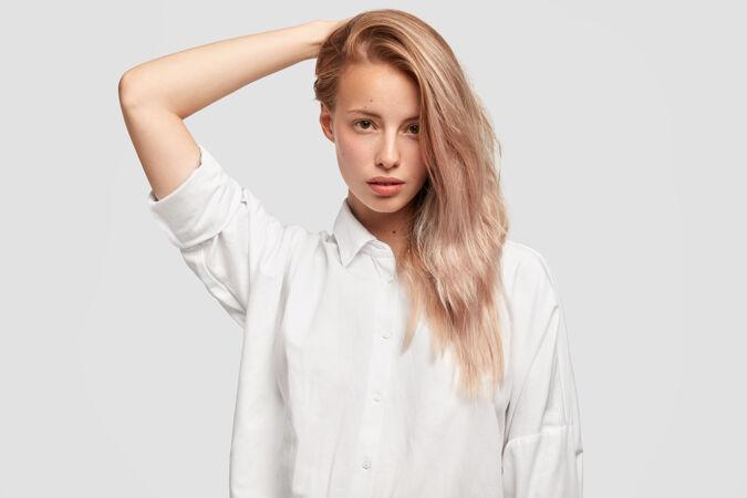 一张单侧梳着长发的漂亮漂亮女人的照片