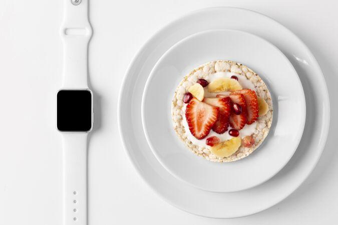 美味健康的零食和智能手表